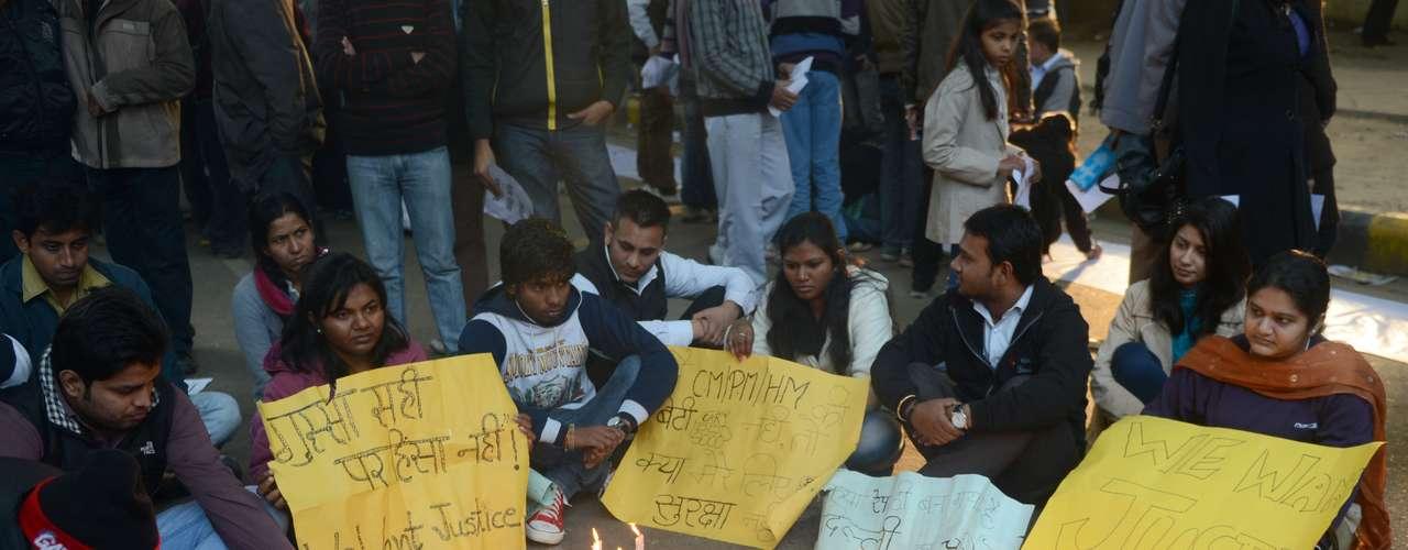 Manifestantes acendem velas em homenagem a jovem que morreu após ser estuprada e jogada de ônibus em movimento