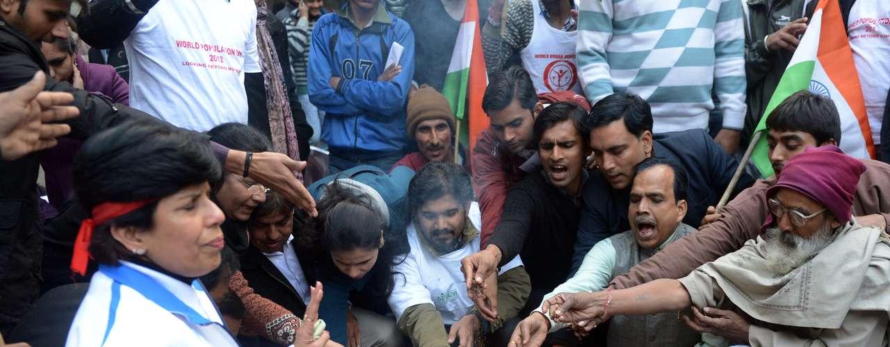 Manifestantes fazem ritual com fogo em homenagem à jovem vítima de estupro coletivo