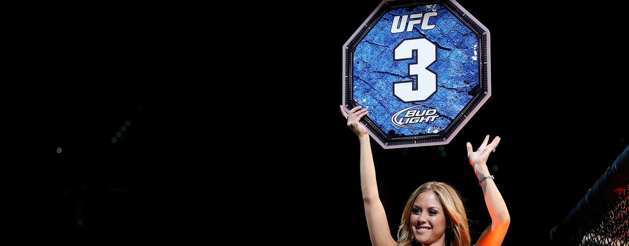 Brittney Palmer mostra simpatia para os fãs do MMA