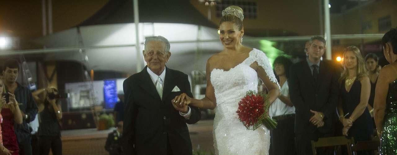 Casada com o cirurgião plástico Wagner de Moraes desde 2009, a modelo e ex-participante do reality show 'A Fazenda' Ângela Bismarchi oficializou a união no religioso neste sábado em uma cerimônia para 150 convidados na Cidade do Samba, no Rio de Janeiro