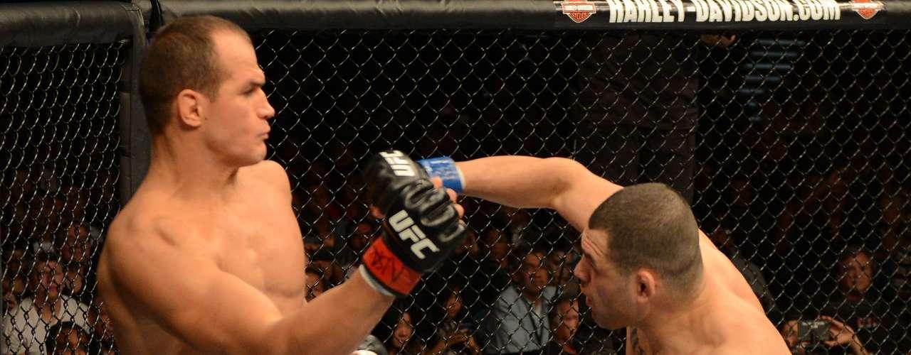 Junior Cigano encara Cain Velásquez em derrota que lhe custou o cinturão dos pesados