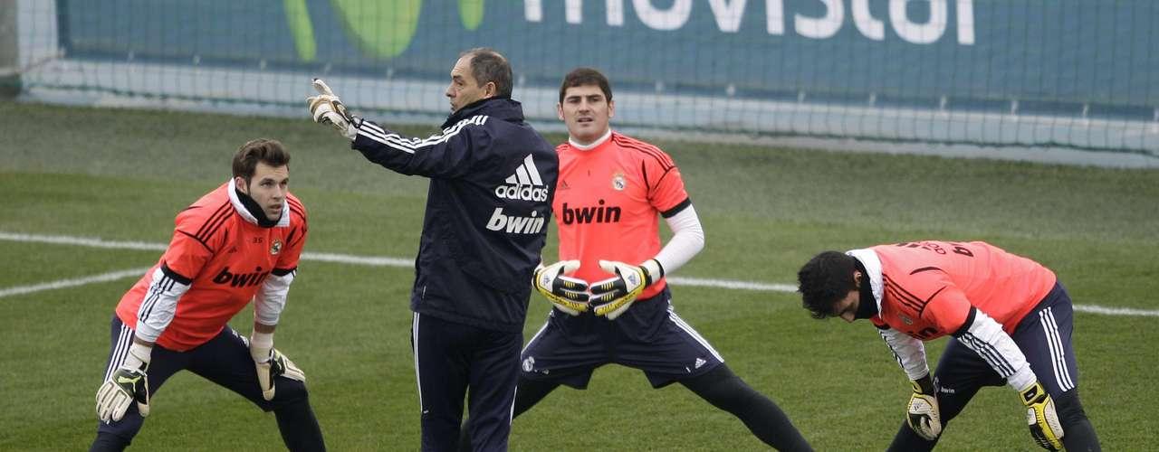 Goleiros do Real Madrid fazem aquecimento sob os olhares do preparador e da torcida