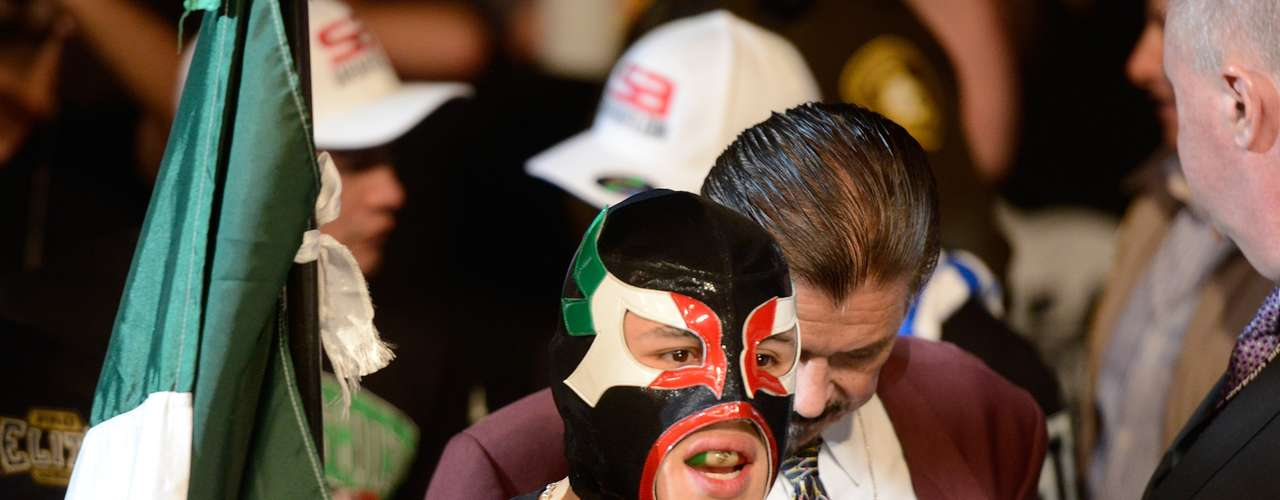 Erik Perez veio ao octógono vestindo máscara de luta livre e carregando uma bandeira mexicana