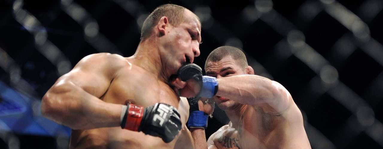 Cain Velásquez acerta golpe duro em Junior Cigano; americano retomou o cinturão dos pesados do UFC