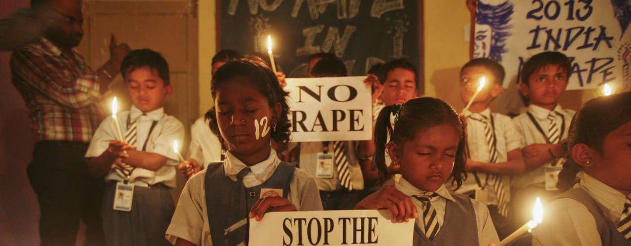 Estudantes seguram velas enquanto rezam por vítima de estupro coletivo na Índia