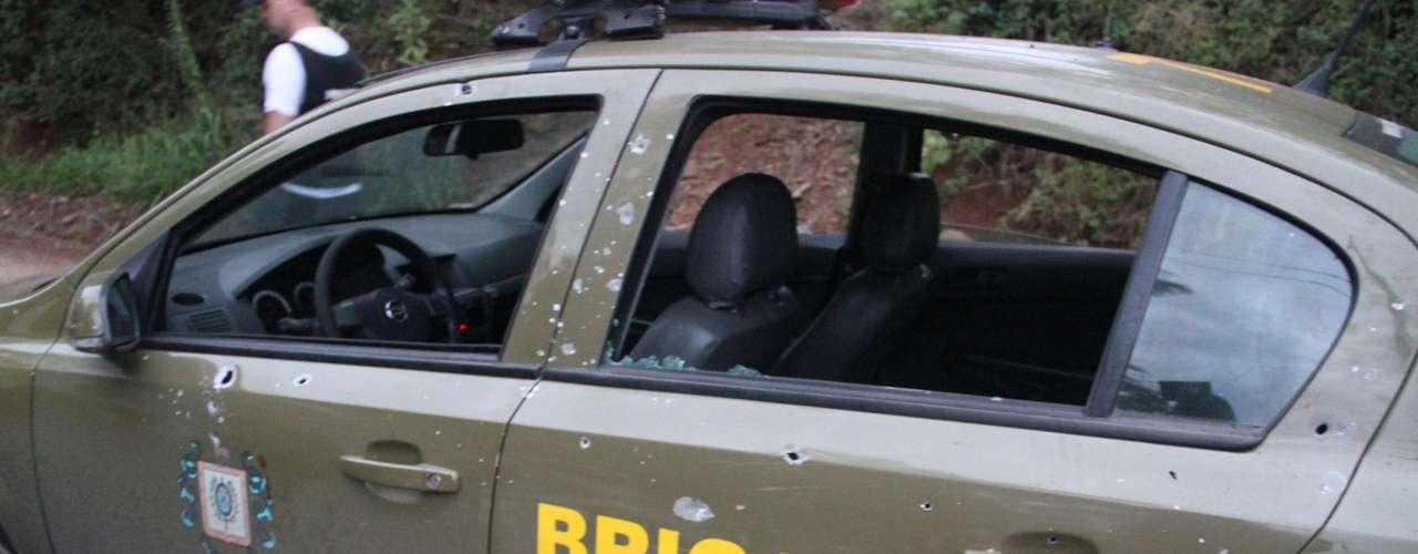 Carro da polícia foi alvejado pelos criminosos