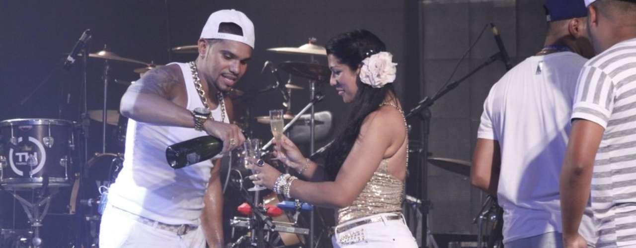 MC Naldo se apresentou na madrugada desta terça-feira (1) na Sociedade Hípica Brasileira, no Rio de Janeiro. Ele abriu uma garrafa de champanhe no palco e chamou sua namorada, Ellen Cardoso, a Mulher Moranguinho, para beber com ele