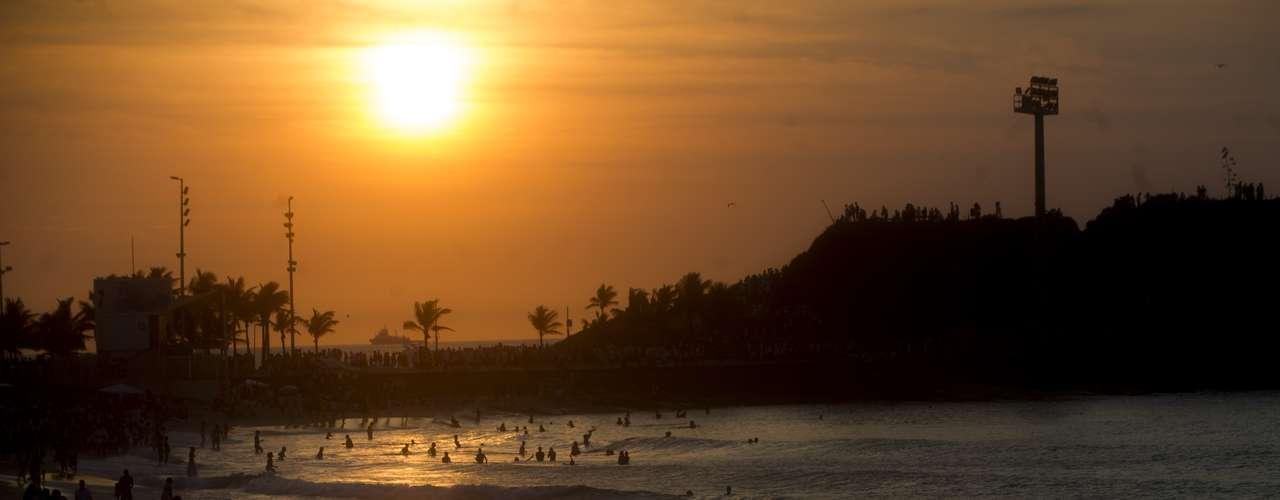 1° de janeiro Primeiro dia de 2013 amanhece no Arpoador com cariocas e turistas ainda aproveitando a praia