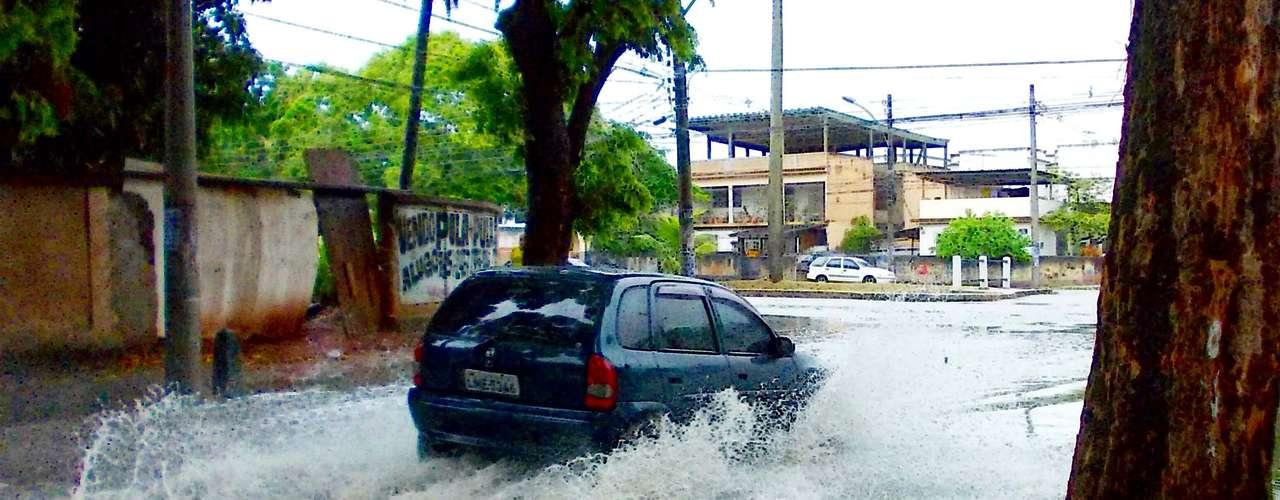 3 de janeiro Chuva forte provoca alagamento no bairro de Vila Valqueire, na zona oeste do Rio de Janeiro