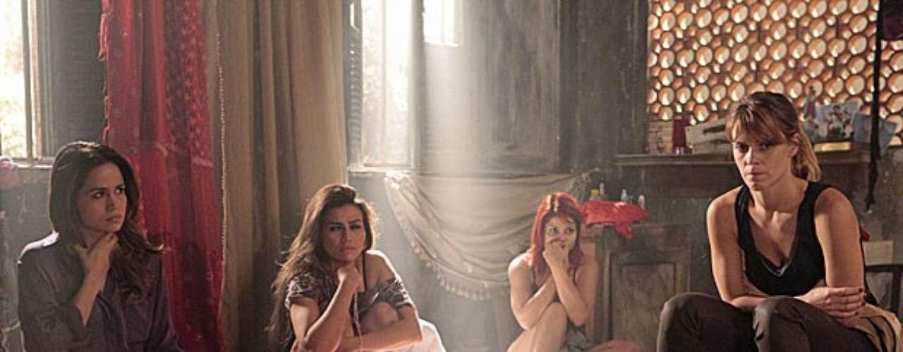 Morena (Nanda Costa) e Jéssica (Carolina Dieckmann) ingerem drogas para voltar ao Brasil
