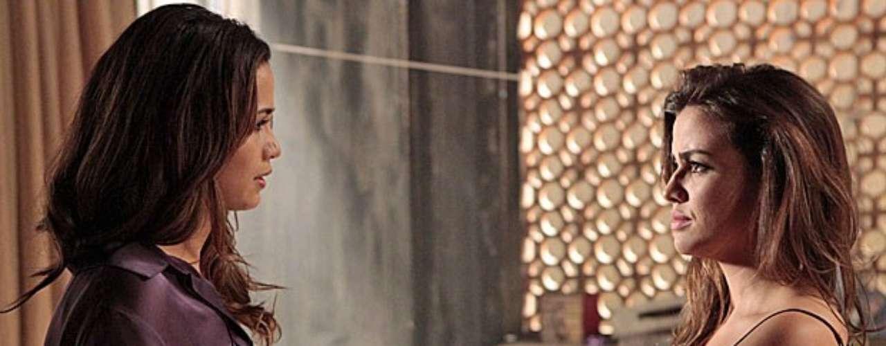 Sob as ordens de Russo (Adriano Garib), Morena (Nanda Costa) ingere um pacote com drogas e se despede de Waleska (Laryssa Dias)