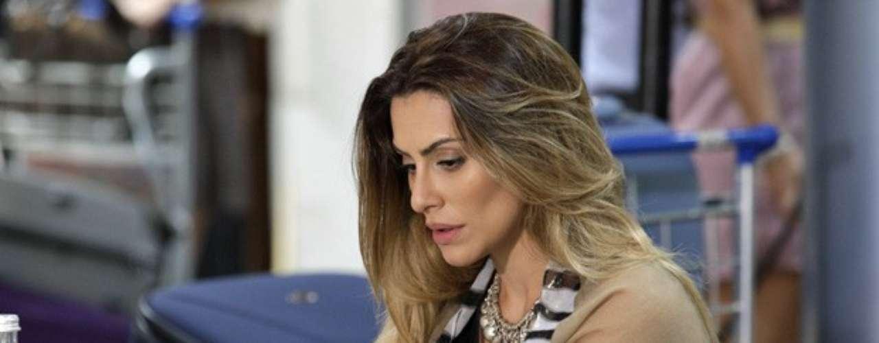 Com a passagem em mãos, Bianca (Cleo Pires) desiste de embarcar para o Brasil e volta para os braços de Zyah