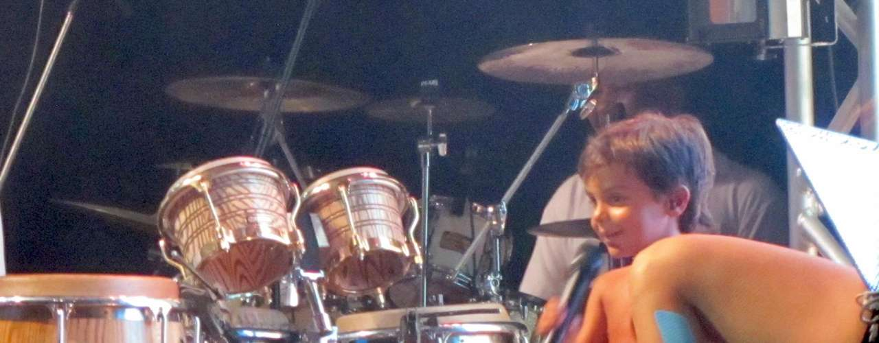 Ivete Sangalo contou com uma companhia especial em seu show na Praia do Forte, nesse sábado (5), na Bahia. Seu filho, Marcelo, subiu ao palco com a cantora