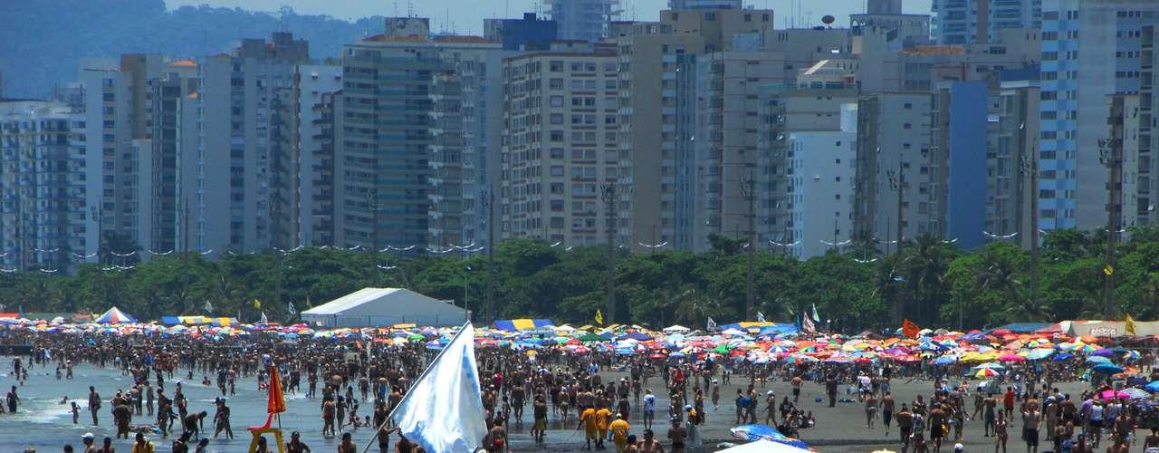 6 de janeiroCom uma tarde de sol e altas temperaturas, banhistas lotaram a Ponta da Praia, em Santos, neste domingo. Para a noite, a previsão é de chuva forte e trovoadas, segundo a Climatempo