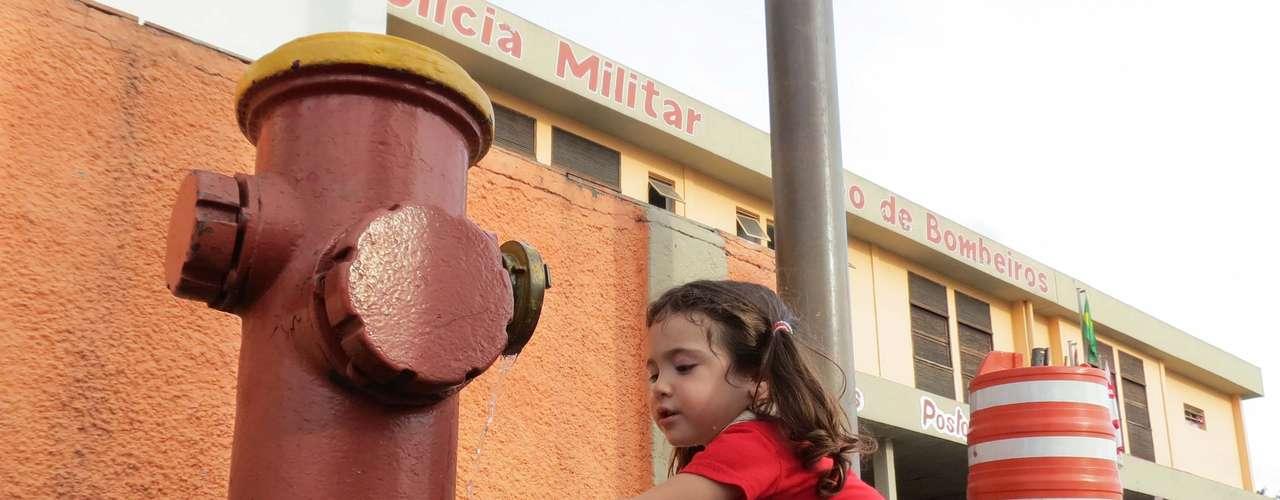 7 de janeiro - Criança se refresca do forte calor em um hidrante próximo ao batalhão do Corpo de Bombeiros na Casa Verde, zona norte de São Paulo