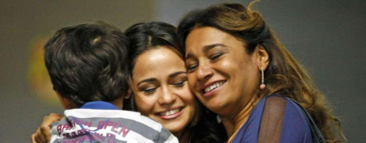 Morena chega ao Brasil viva e se emociona ao reencontrar o filho, Junior, e a mãe, Lucimar