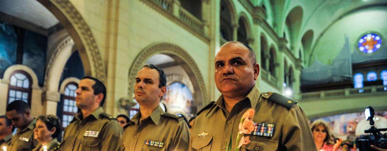 13 de dezembro - Militares participam de missa pela saúde de Chávez em Havana, Cuba. A condição do presidente da Venezuela, Hugo Chávez, apresentou melhora e evoluiu para um quadro \