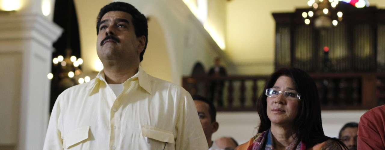 24 de dezembro - Nicolas Maduro participa de missa por Chávez em Caracas. Ele pediu o fim das especulações sobre a data ou local de posse do governante, prevista para o próximo dia 10 de janeiro, e garantiu que a Constituição será respeitada
