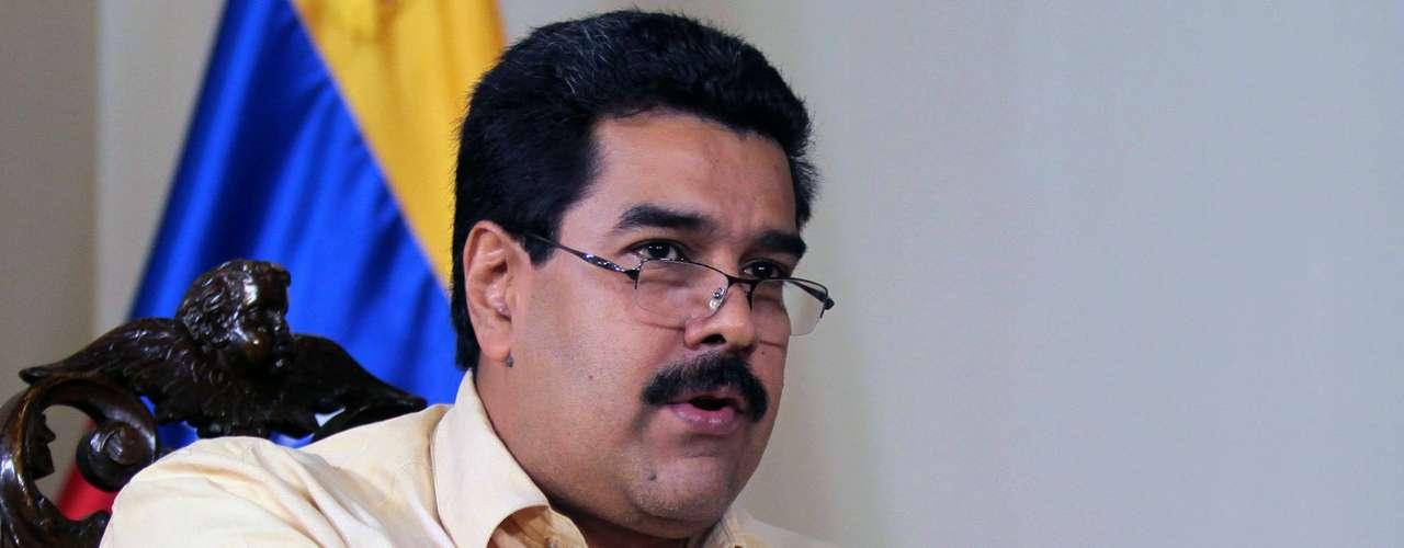 4 de dezembro - Nicolas Maduro lê a Constituição do país durante programa de TV em Caracas. Ele indicou a eventual ausência do presidente Hugo Chávez para tomar posse no dia 10 de janeiro não necessariamente implicará na convocação de novas eleições na Venezuela. Maduro argumentou que a \