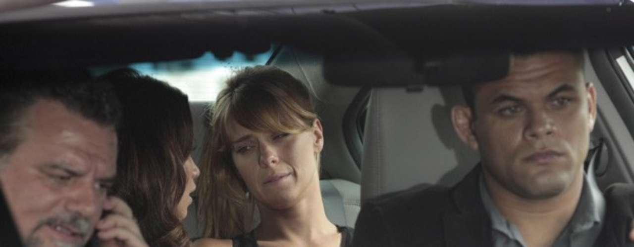 Jéssica (Carolina Dieckmann) engoliu cápsulas de drogas, assim como Morena (Nanda Costa), a mando de Russo (Adriano Garib), para voltar ao Brasil, em Salve Jorge. Assim que desembarca do País,  a loira passa mal, sentido pontadas na barriga