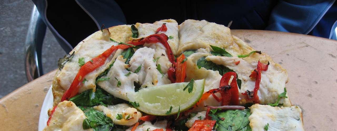 Pizza de crocodilo O mesmo local possui outro sabor que merece destaque especial. A Salt Water Crocodile é feita com carne de crocodilo em fatias, ervas tailandesas e creme picante de coco. A pizza meio a meio com os sabores de canguru e crocodilo é a mais pedida da casa