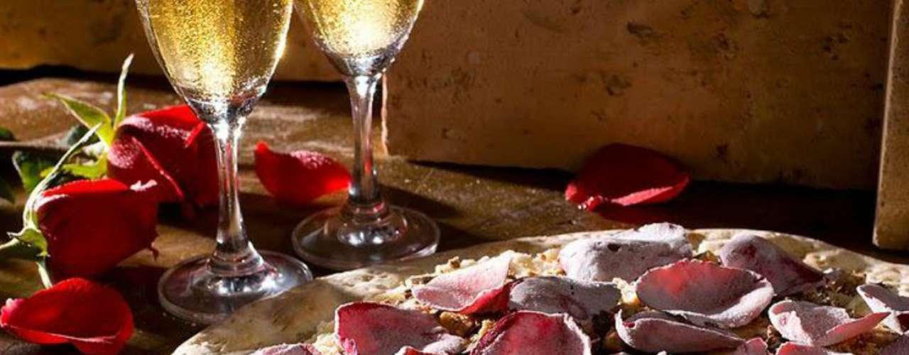 Pizza de rosas É no cardápio de pizzas doces que a Avenida Paulista Pizza Bar, presente em Curitiba e Brasília, surpreende. A pizzaria oferece um sabor feito com pétalas de rosas importadas, e é servida com farofa crocante e sorvete. Além de exótico, o sabor também tem um toque romântico