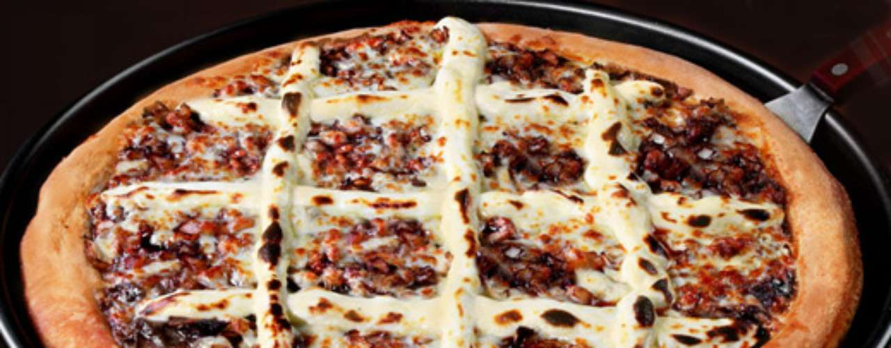 Pizza de rosbife Uma das novidades da rede Super Pizza Pan, chamada Super Steamrollers, reúne mozzarella, rosbife, cebola gratinada com shoyu e cream cheese. E essa não é o único sabor que se destaca no cardápio, que contém outras pizzas diferentes como a Seis Carnes, com mozzarella, peperoni, calabresa, hambúrguer, presunto, frango e bacon