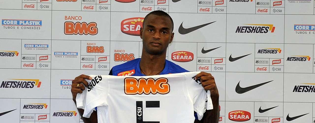 Após se destacar pela Ponte Preta no último Campeonato Brasileiro, o volante Renê Júnior foi apresentado pelo Santos