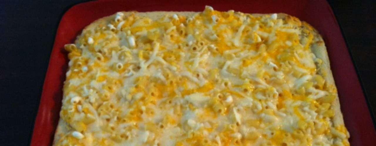 Pizza de macarrão O famoso macaroni & cheese, prato que leva macarrão e queijo, famoso nos Estados Unidos, também virou pizza. A empresa Tonys Pizza criou o sabor de pizza congelada, que pode ser encontrada nos supermercados americanos. A pizza é quadrada seguindo o formato da caixa