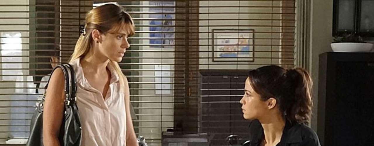 Morena (Nanda Costa) avisa a Jéssica (Carolina Dieckmann) que elas farão uma visita à casa de Helô (Giovanna Antonelli) para contar que foram traificadas