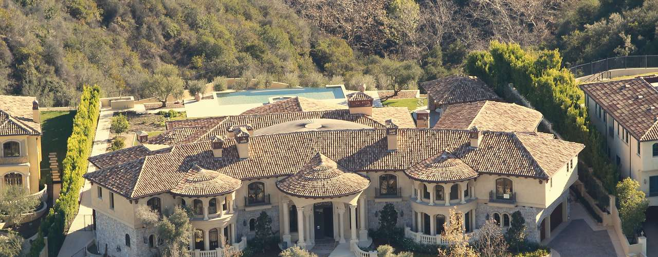 Grávida de seu primeiro filho, Kim Kardashian acaba de comprar com o rapper Kanye West uma mansão de US$ 11 milhões em Bel Air, na Califórnia. A casa tem 9 mil metros quadrados, com direito a cinema, piscina, salas de cabelo e maquiagem e um belo quarto para o bebê