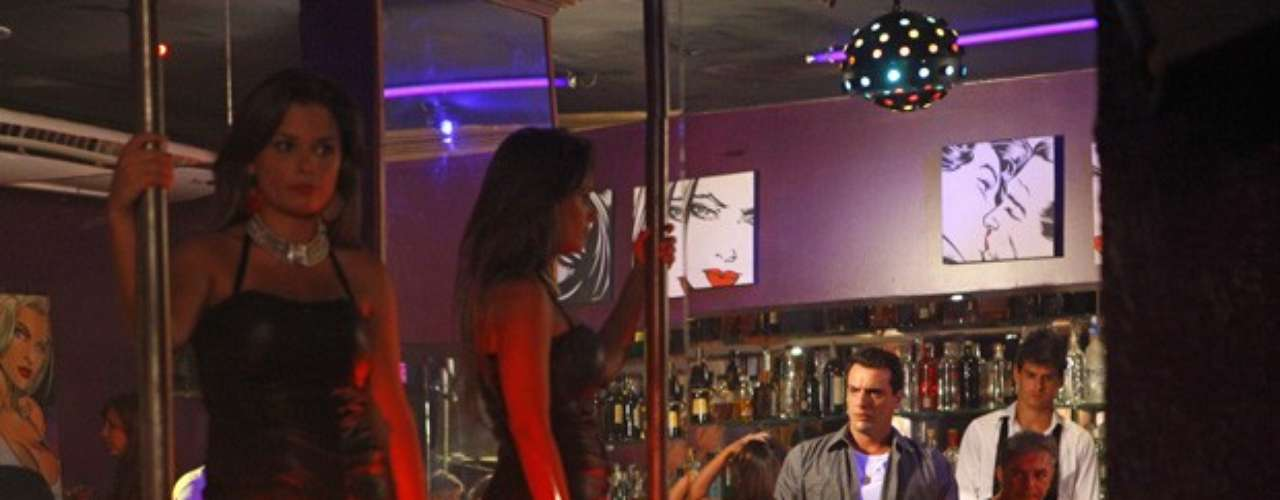 O capitão Théo (Rodrigo Lombardi) pensa que viu Morena (Nanda Costa) entrando em uma boate e inventa uma desculpa para abandonar o jantar com Érica (Flávia Alessandra). Ele entra no local, mas não vê sinal da amada