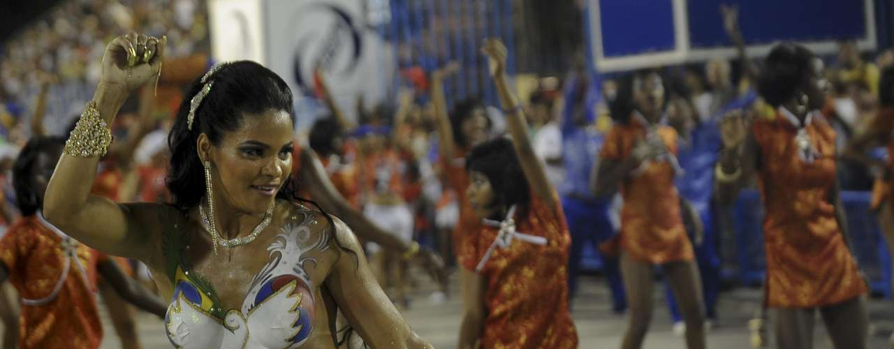 Na noite deste sábado (12), a Inocentes de Belfort Roxo participou de um ensaio técnico na Marquês de Sapucaí, no Rio de Janeiro. Os destaques foram a rainha de bateria Lucilene Caetano e a musa da escola Michelle Jabulani, que surgiu na avenida completamente sem roupa