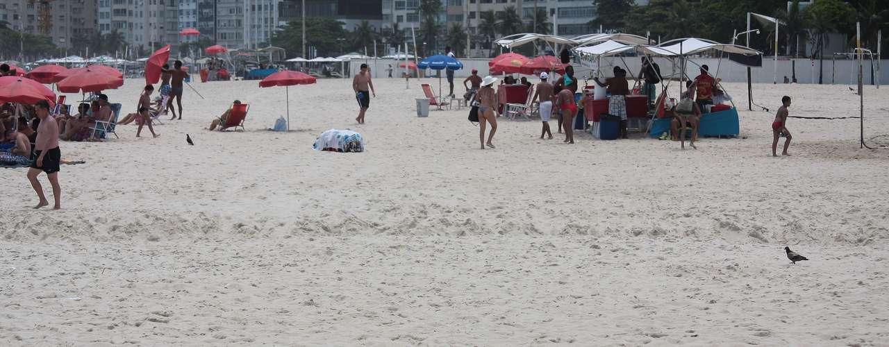 14 de janeiro A semana começou com sol e movimento na praia de Copacabana, zona sul do Rio de Janeiro