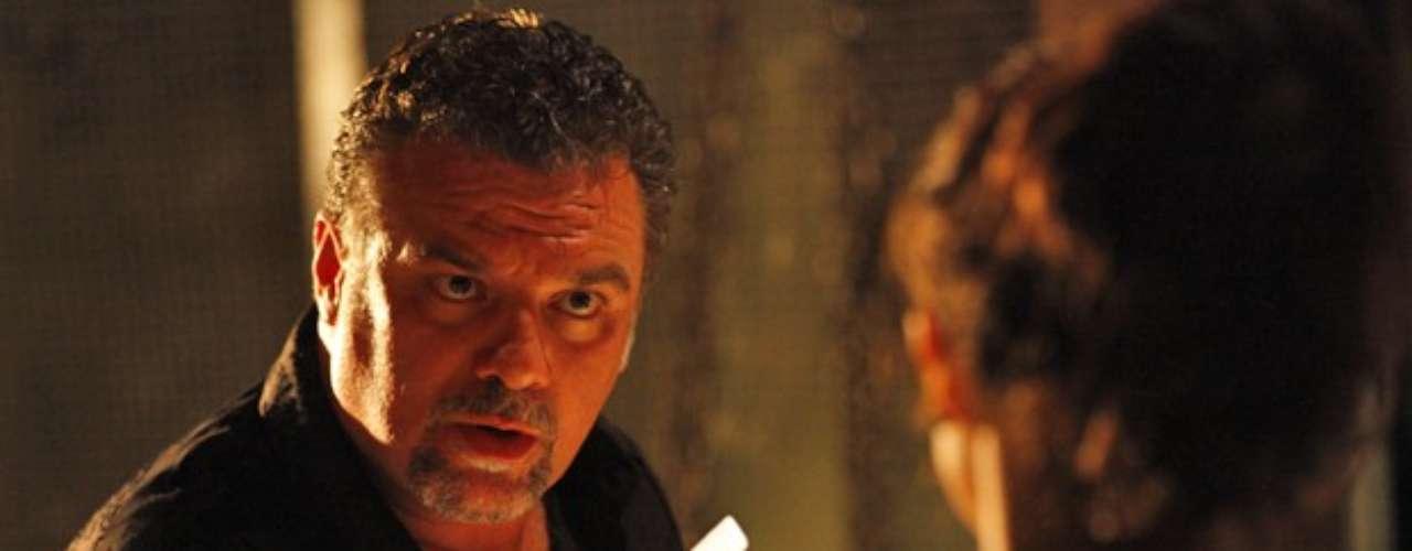 Russo (Adriano Garib) fica furioso com o que lê e ameaça as traficadas de morte