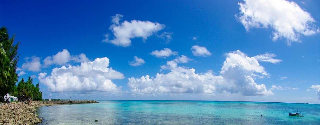Atol de Funafati, Funafati, Tuvalu O atol de Funafati éum atol feito de uma estreita faixa de terra que circunda uma lagoa de 18 km de comprimento e 14 km de largura. O atol forma a capital de Tuvalu, com uma população de cerca de 5 mil habitantes que vivem em um pequeno paraíso de águas cristalinas e areias brancas