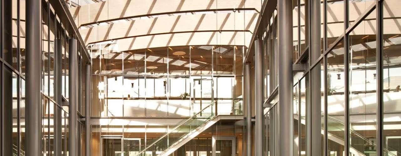 Ano após ano, a arquitetura não deixa de nos surpreender com prédios cada vez mais modernos. O site Condé Nast Traveler reuniu as14 construções futuristas mais incríveis do planeta nesta lista.Tjuvholmen Icon Building, Oslo, Noruega: o renomado arquiteto italiano Renzo Piano foi o responsável pelo projeto do Tjuvholmen Icon Byulding, situado no sudoeste do centro de Oslo, capital da Noruega. O complexo, onde funciona um museu, um espaço de escritórios e um centro cultural, tem três prédios moderníssimos conectados por pontes