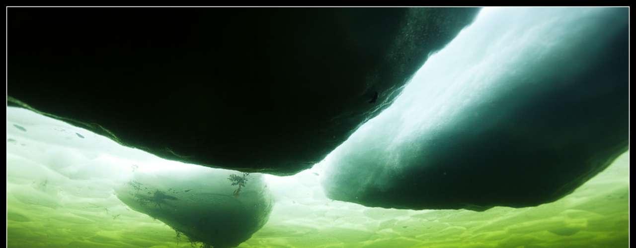 Semenov mostra o gelo acima da água durante um mergulho