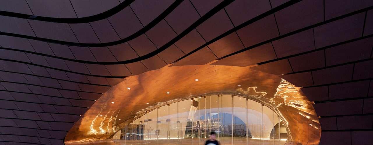 Museu Ordos, Ordos, China: situado no coração do Deserto de Gobi, próximo à cidade de Ordos, o Museu Ordos tem uma estrutura irregular, mas fluída, com um design surpreendente tanto do lado de fora quanto do lado de dentro, encantando os olhos dos visitantes. O prédio, criado por um estúdio de arquitetura de Pequim, foi projetado com materiais resistentes às frequentes tempestades de areia que ocorrem na região