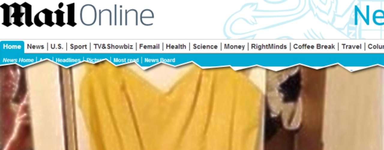Afoto de uma mulher nua, que apareceu sem querer quando anunciou um vestido para vender no eBay, virou hit na web, na quarta-feira, e levou oThe Suna \