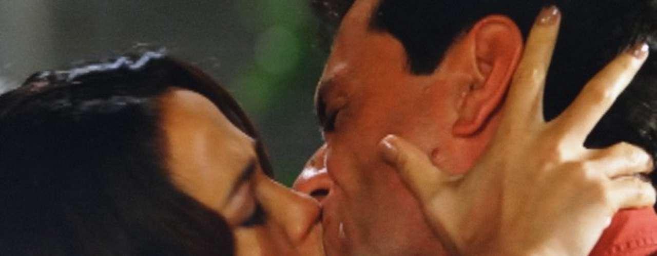 Morena (Nanda Costa) vai à casa de Théo (Rodrigo Lombardi) para vê-lo e o capitão, confuso, pergunta se ela estava em Copacabana no dia em que ele achou que a viu. Com medo de dizer a verdade, a gata nega. Emocionados, mas sem saber bem como agir, os dois começam a discutir o passado. Em um impulso, Théo agarra a amada e a beija