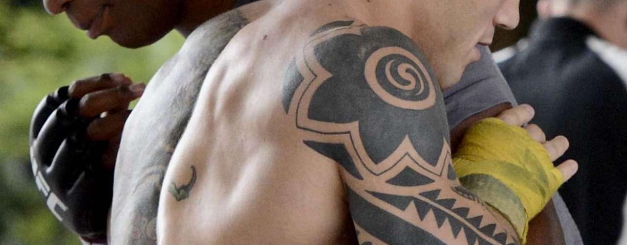 Os lutadores que disputarão o UFC São Paulo no sábado realizaram na quarta-feira um treino aberto no centro de São Paulo e chamaram a atenção pelas inúmeras tatuagens de alguns deles. Confira, a seguir, alguns dos principais desenhos que os atletas possuem estampados em seus corpos - como o braço e as costas do médio Daniel Sarafian (foto):