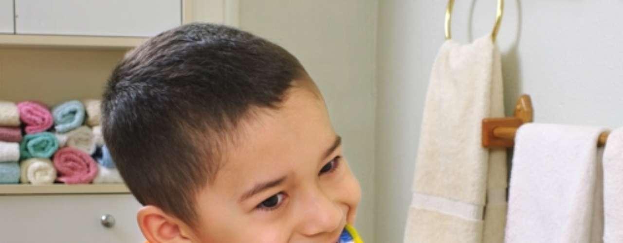 A criança deve ter a escovação supervisionada por um adulto até os nove anos de vida. A partir daí os pequenos já apresentam habilidade motora para executar uma técnica de escovação adequada e eficiente, desde que tenha sido treinado e orientado pelo odontopediatra.
