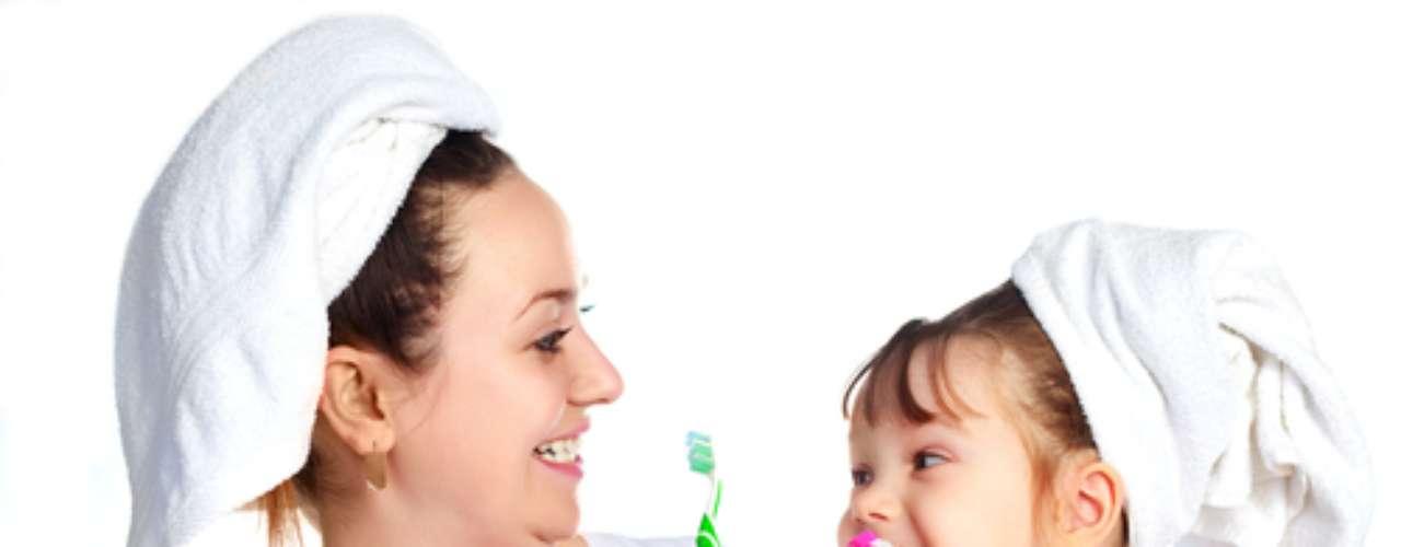 É importante a criança manusear a escova, mesmo não tendo coordenação motora suficiente para a escovação, que deve ser feita pelos pais.