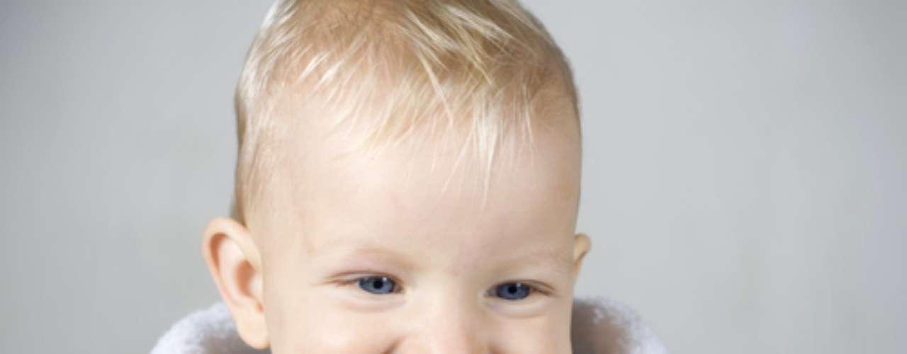 Uma boa dica é comprar uma escova para a criança e uma para a mãe fazer a escovação de modo eficaz. Isso porque, nessa fase, é natural morder a escova e as cerdas abrirem. Mas sempre deixe uma escova na mão da criança para ela desenvolver o hábito da escovação.