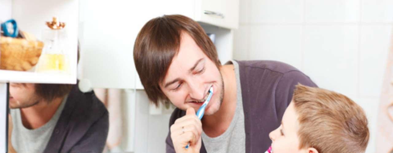 A melhor tática é que a criança tenha bons exemplos em casa. Os pequenos precisam assistir seus pais e irmãos mais velhos escovando os dentes, uma vez que a imitação dos hábitos das pessoas queridas é a melhor maneira de motivar crianças.