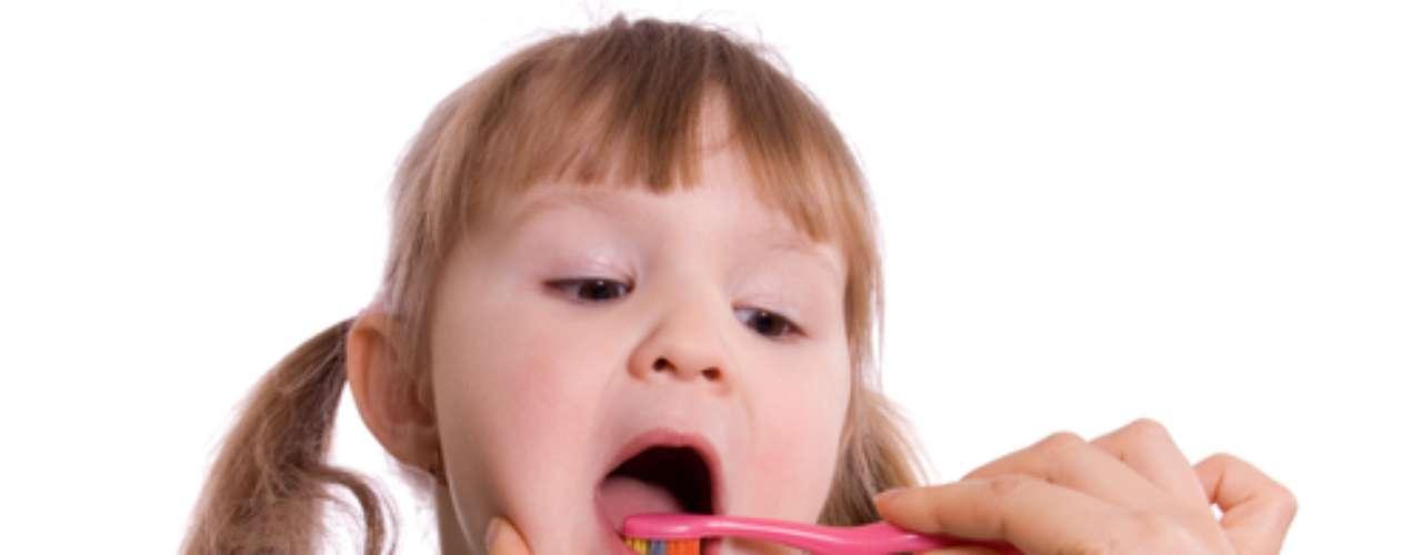 - Oriente a babá, vovó ou outras pessoas que façam parte da rotina da criança a respeito da importância da frequência de escovação pelo menos três vezes ao dia. - Adquira uma escova dental compatível com a idade da criança, independente da marca, pois o tamanho adequado da cabeça facilitará a escovação.  - Utilize cremes dentais próprios para a idade