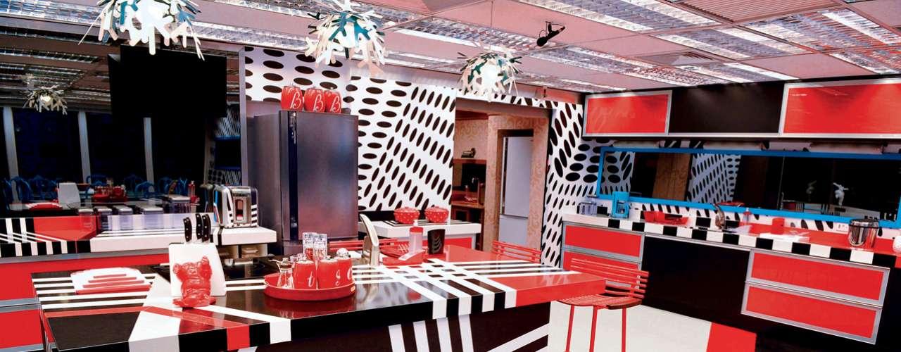 O reality show Big Brother Brasil chega a sua 13ª edição. E a casa mais vigiada do País ganhou uma nova decoração para essa temporada.Apesar de bem montada, o design carregado da cozinha pode torná-la cansativa. \