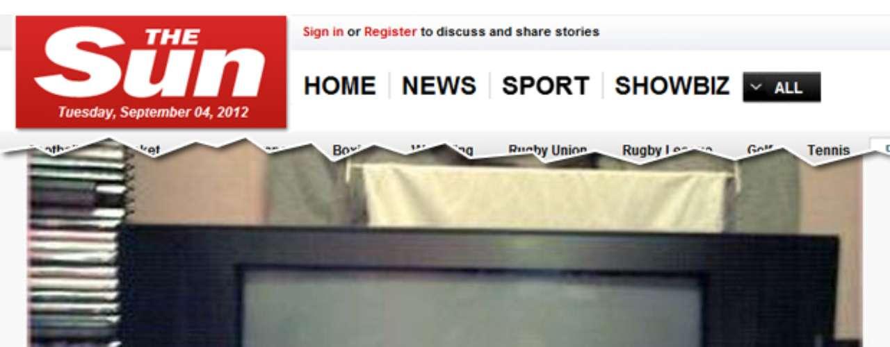 TV à venda no eBay aparece em foto tirada com um homem sem cueca e de pernas abertas em frente ao aparelho
