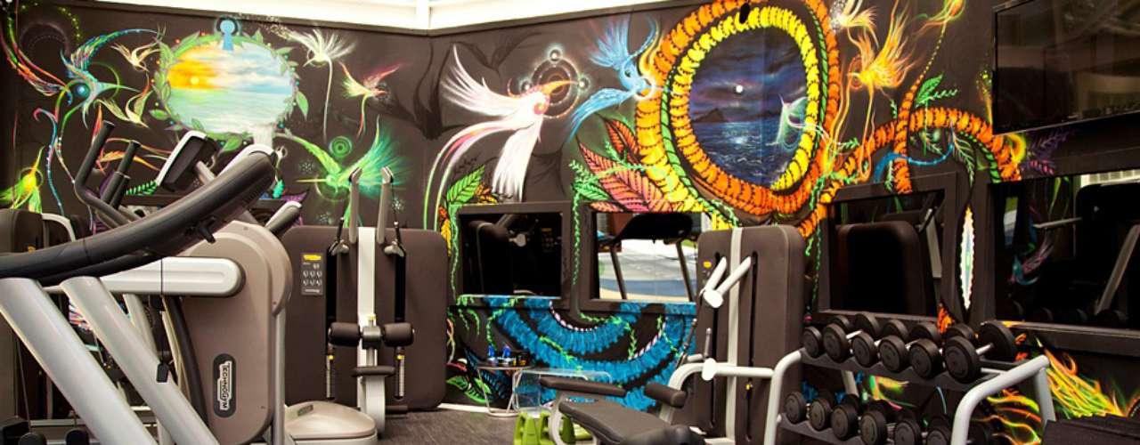 Na academia é o clima moderno que predomina com equipamentos de última geração e paredes com pinturas especiais